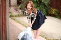 朝ゴミ出しする近所の遊び好きノーブラ奥さん朝比奈菜々子