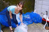朝ゴミ出しする近所の遊び好きノーブラ奥さん速美もな