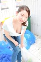朝ゴミ出しする近所の遊び好きノーブラ奥さん彩月あかり